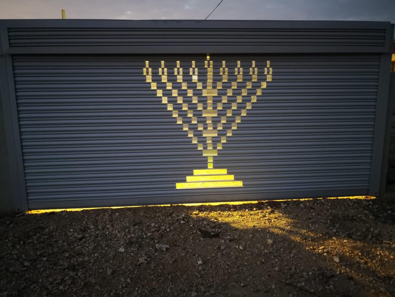 שער חשמלי עם ציור שער חשמלי מתרומם לבית העסק או לבניין בפתיחה אוטומטית